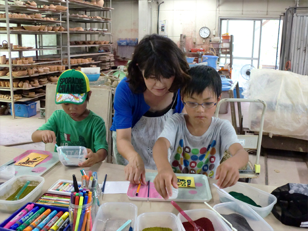 桜島火山灰アート体験中の子供達とお母さん