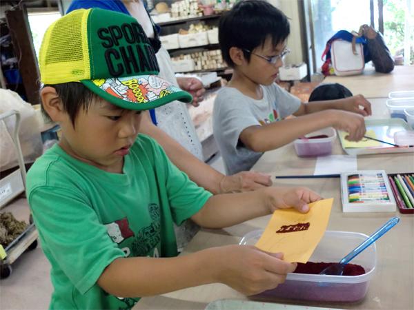 桜島 火山灰アート体験中の子供達